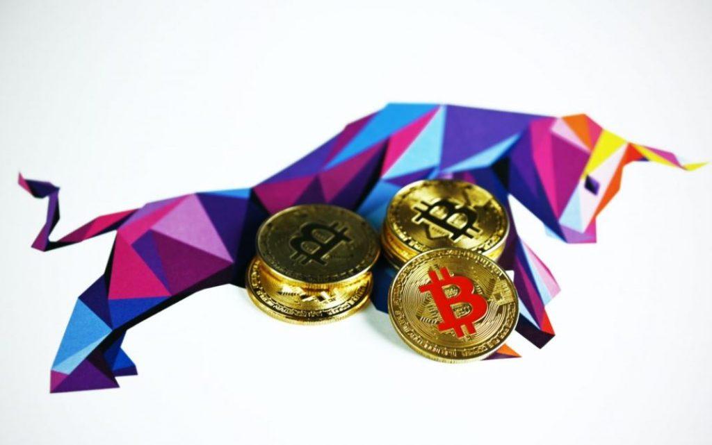 ビットコインは43,000ドル近く、指標は強気相場の先を示唆